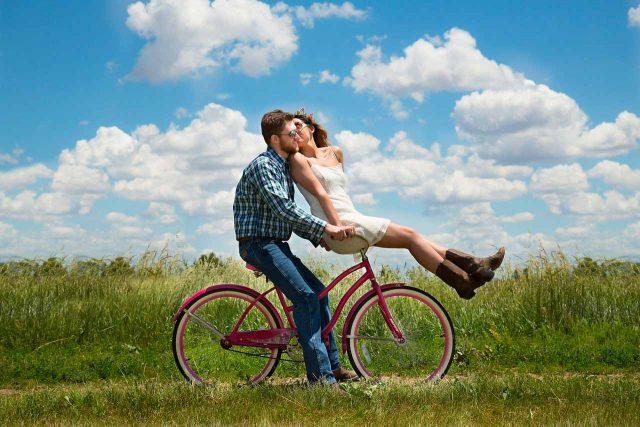Un couple partageant le même vélo