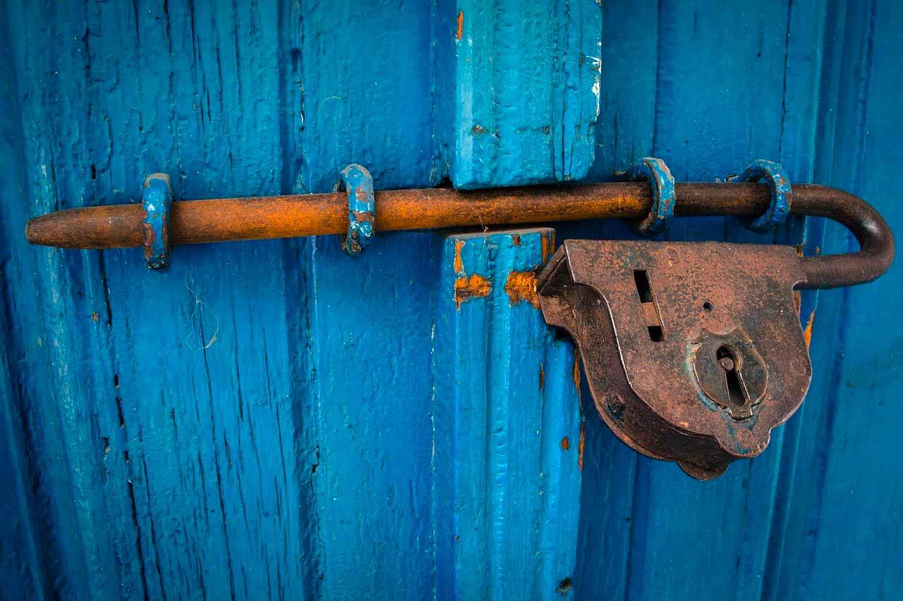 Un cadenas fixé sur une porte