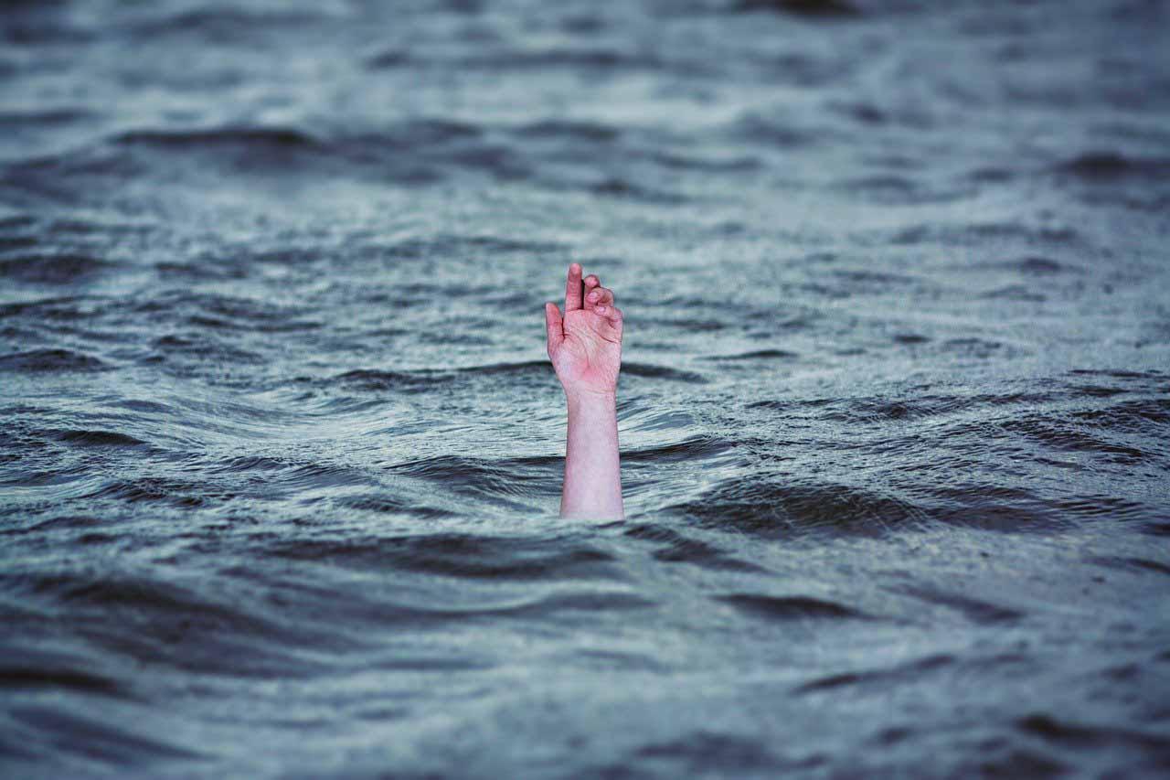 Un homme en train de se noyer