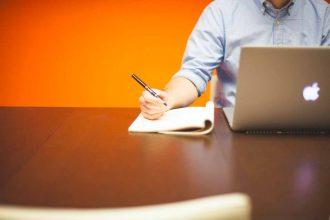 La photo d'un homme en train de travailler sur son Mac
