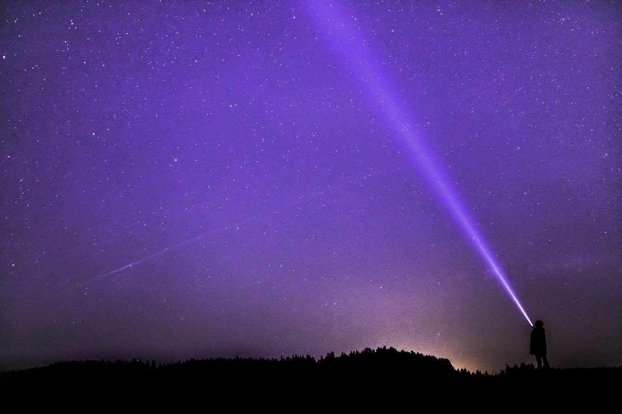 Un faisceau lumineux dans la nuit