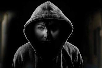 Une femme dans l'ombre