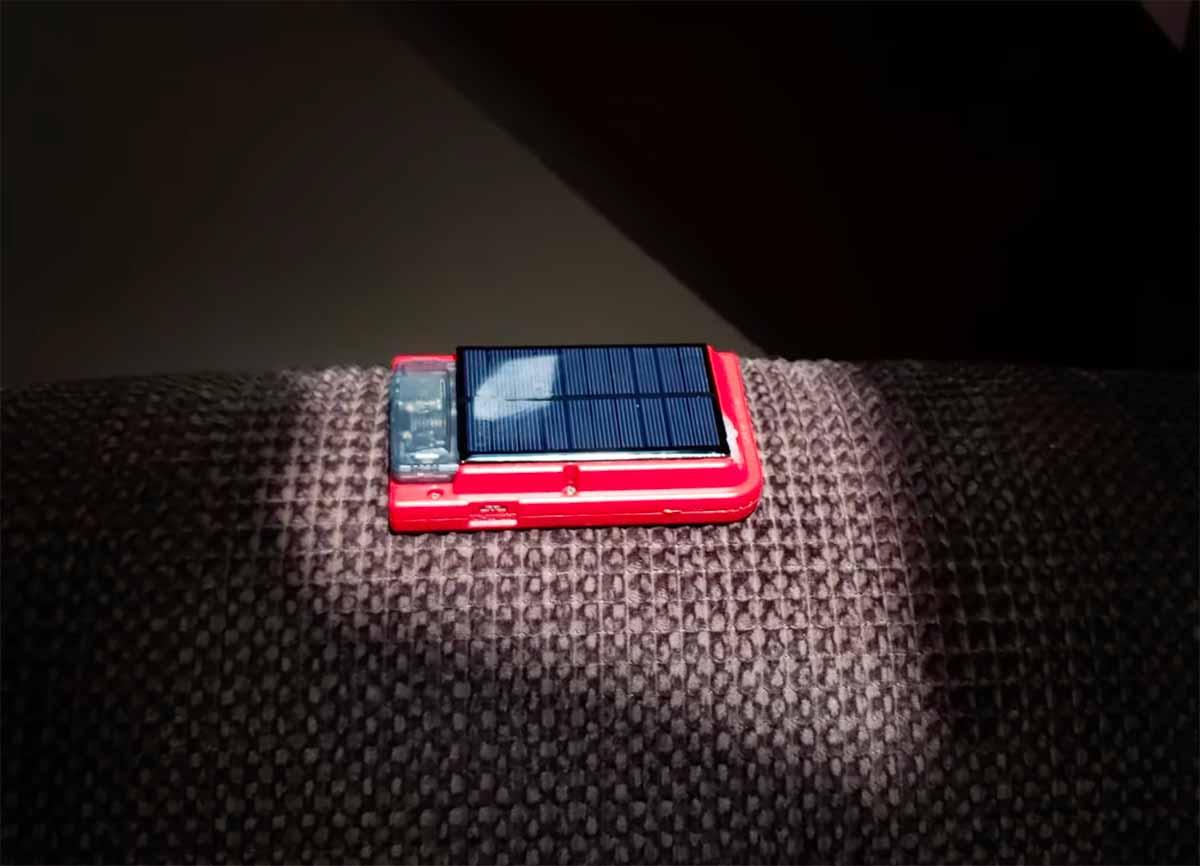 Un Game Boy Pocket muni de panneaux solaires