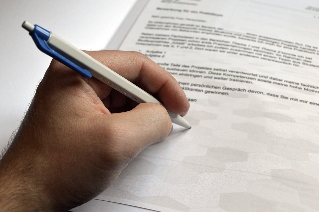 Un gaucher en train d'écrire