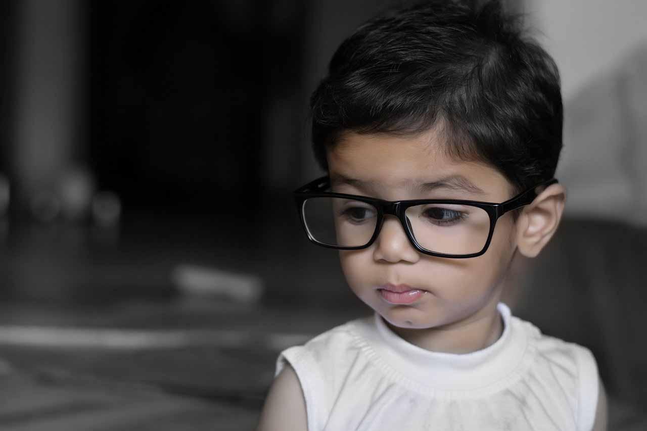 Une fillette portant des lunettes