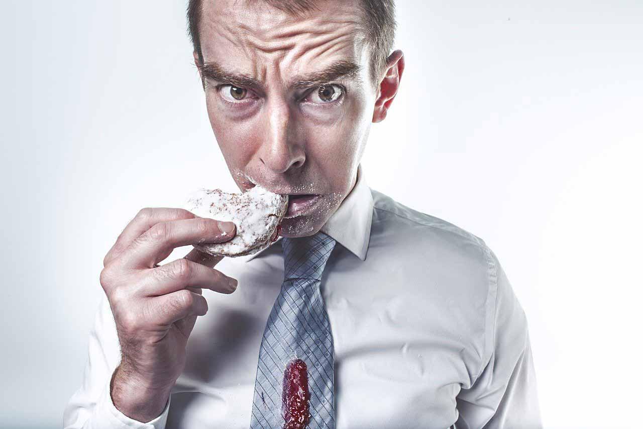 Un homme en train de manger un biscuit