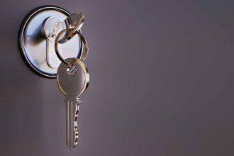 Une clé dans la serrure d'une porte