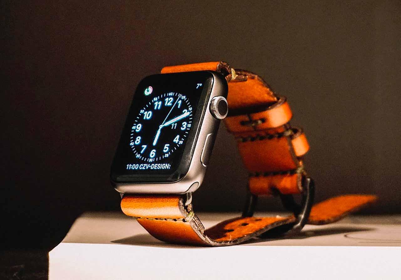 Une Apple Watch posée sur un bureau