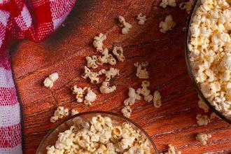 Des bols de popcorn
