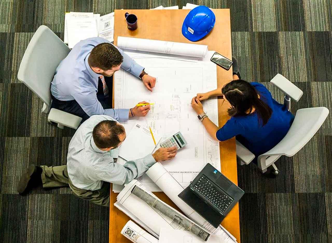 Une photo montrant une réunion en entreprise