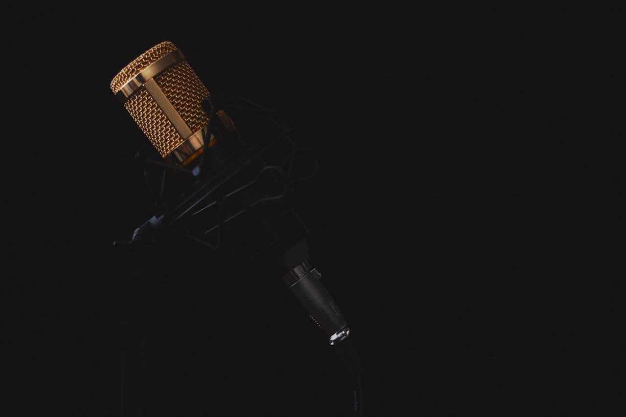 Un microphone dans l'obscurité