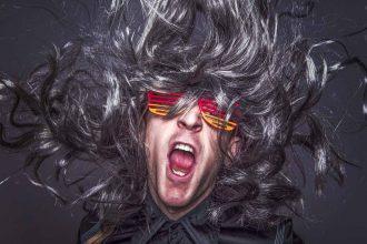 Un rockeur avec des cheveux et des lunettes colorées