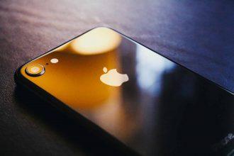 Un iPhone tourné face contre terre