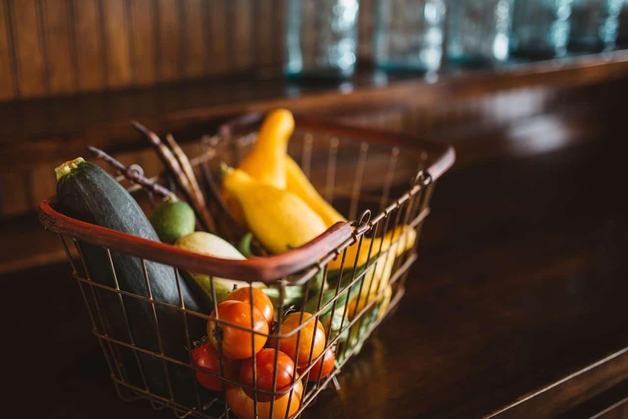 Un panier contenant fruits et légumes