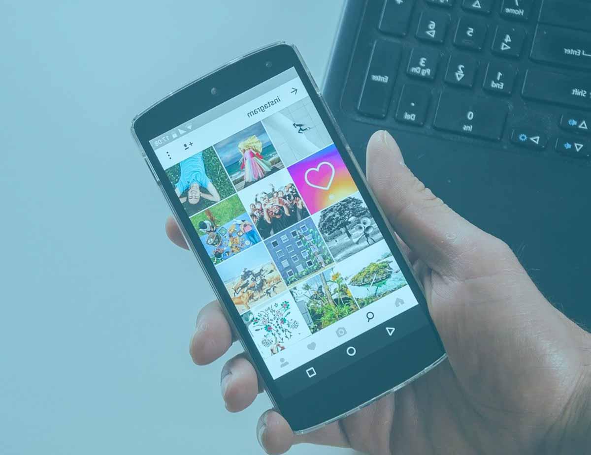 Un smartphone tenu en main