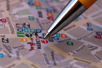 Une photo montrant un stylo indiquant un endroit sur une carte