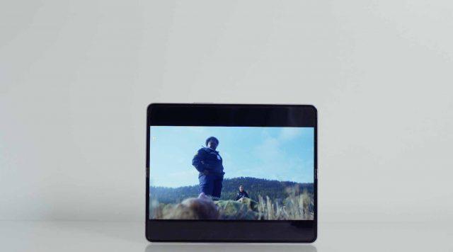 Un Galaxy Z Fold 3 en mode tablette