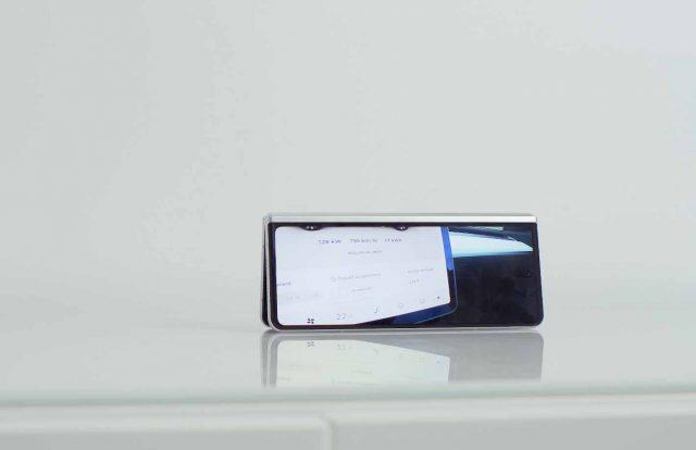 Le Galaxy Z Fold 3 debout