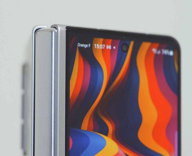 Le poinçon de l'écran externe du Fold 3