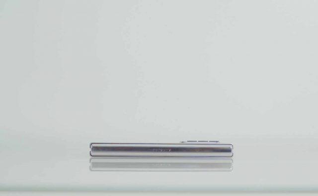 Une photo du Galaxy Z fold 3 vu sur le côté