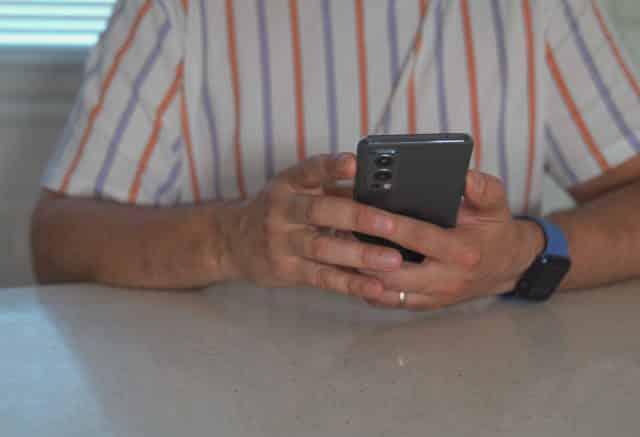 Une photo du OnePlus Nord 2 tenu en main