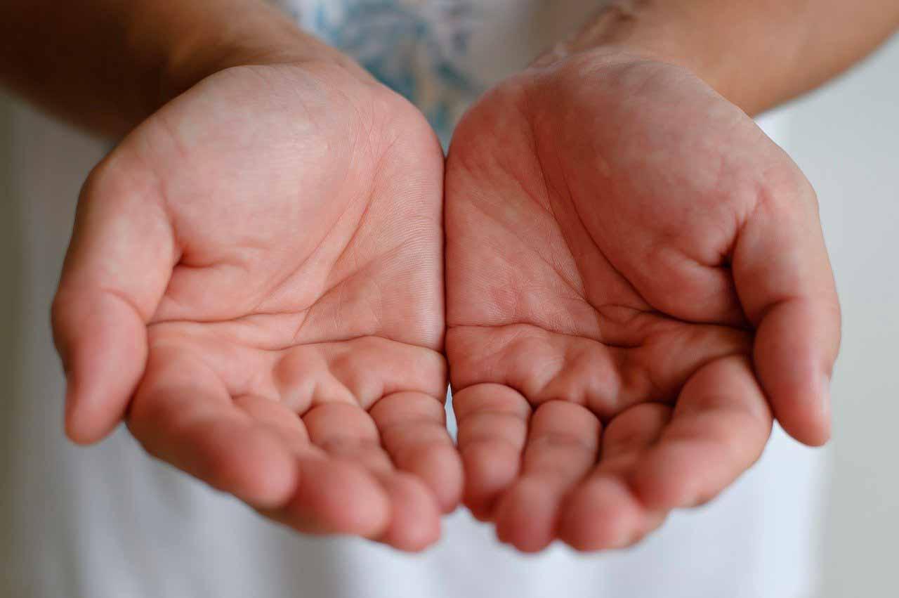 Une photo montrant une personne montrant les paumes de ses mains
