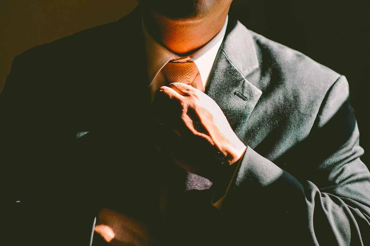 Un homme remettant sa cravate