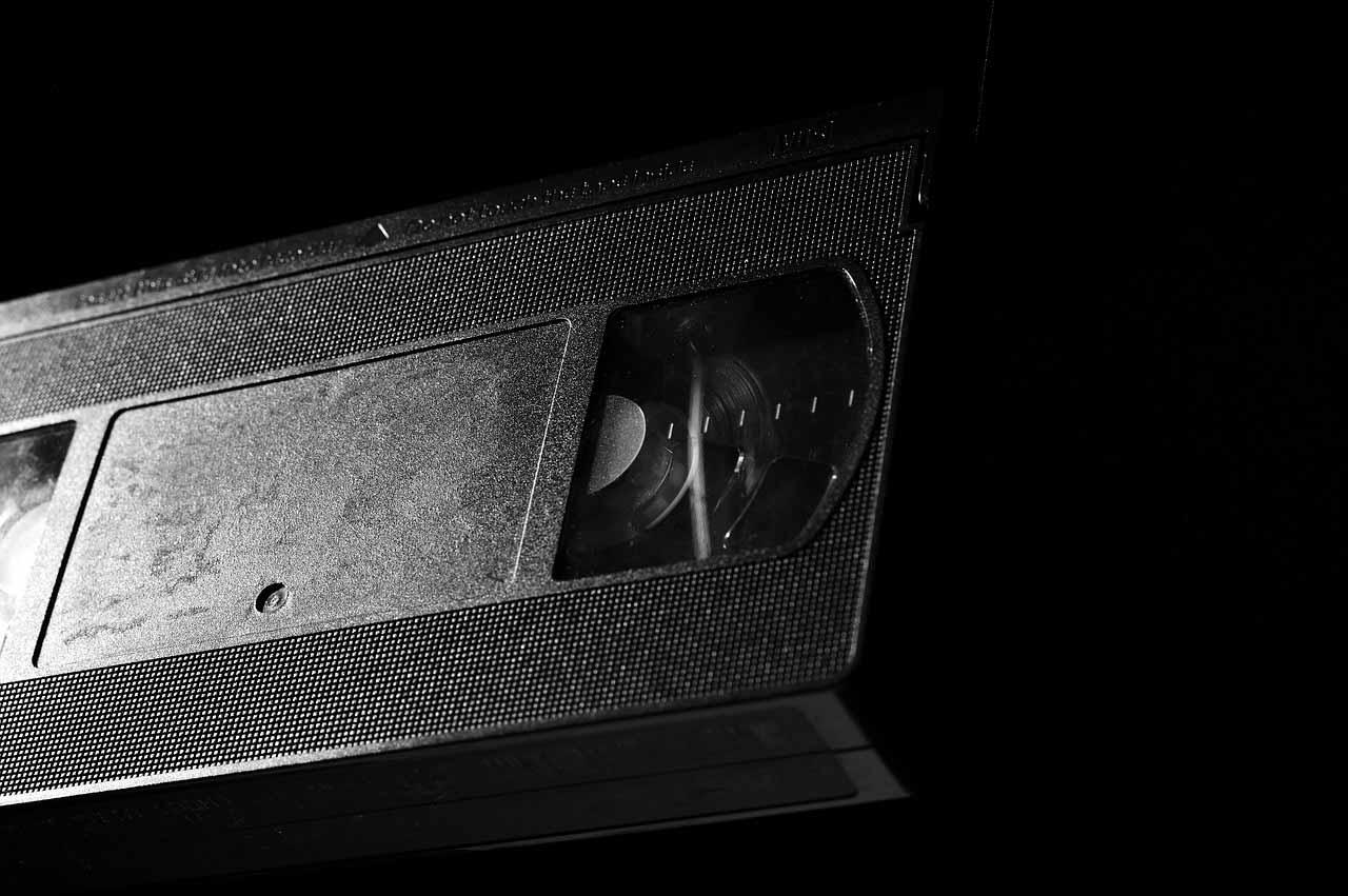 Une vieille VHS sur fond noir