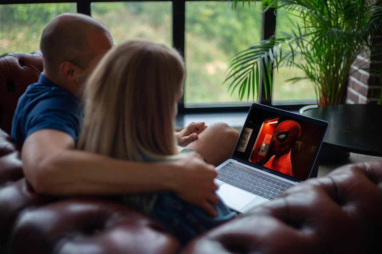 Une photo montrant un couple en train de regarder un film