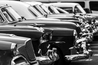 Une photo en noir et blanc montrant de vieilles voitures de collection