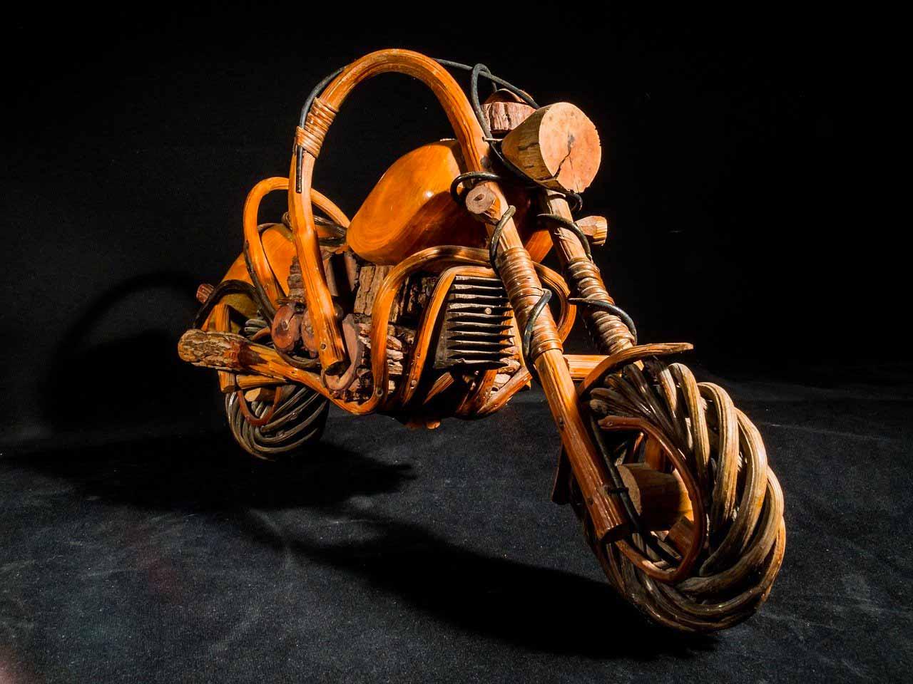 La photo d'une moto en bois