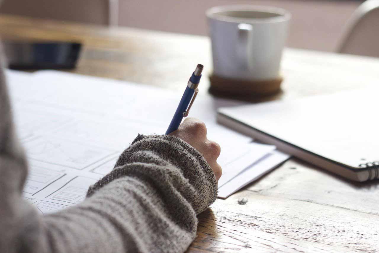 Une jeune femme en train d'écrire
