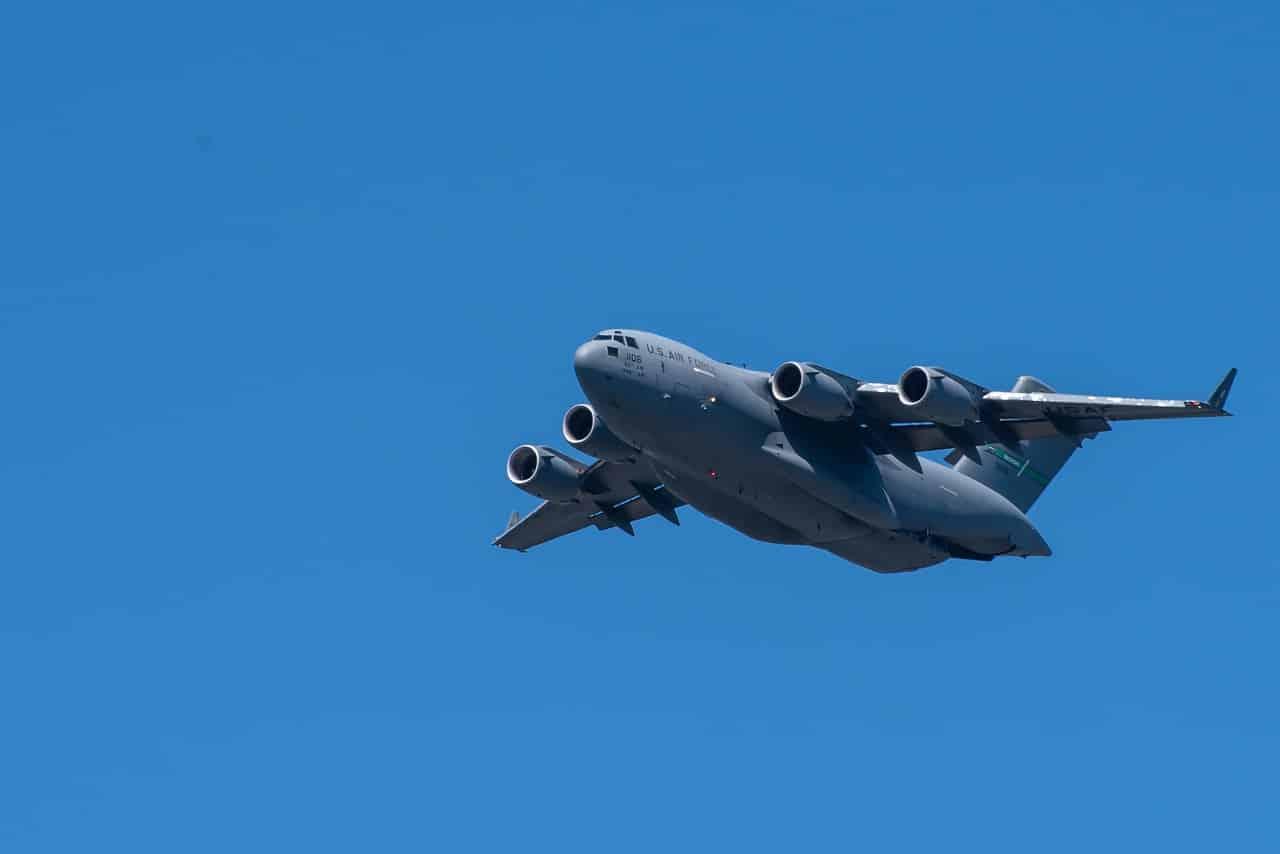 Un avion cargo dans le ciel