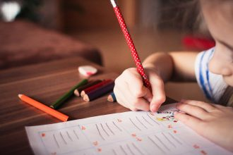 Un enfant en train d'écrire