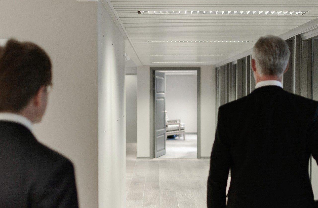Deux hommes d'affaire dans un couloir