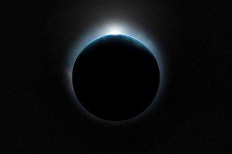 Une image présentant une planète dans la nuit