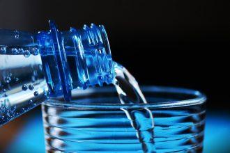 Une bouteille d'eau