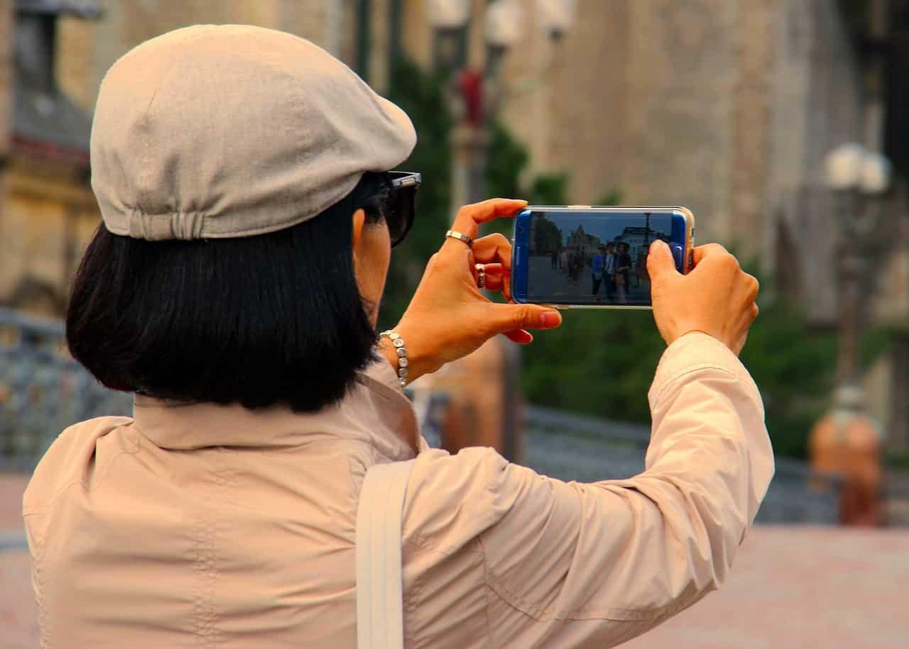 Une femme prenant une photo