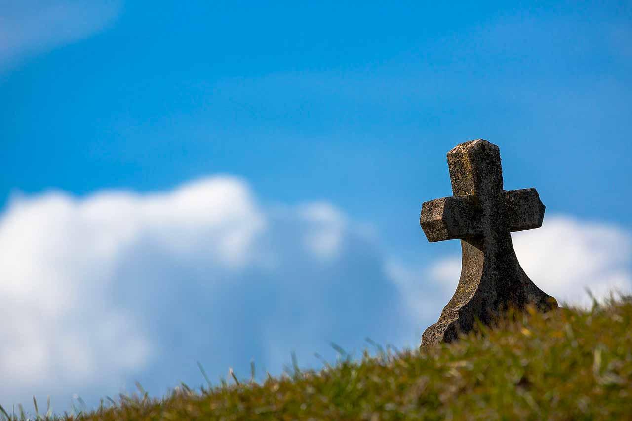Une pierre tombale dans un cimetière