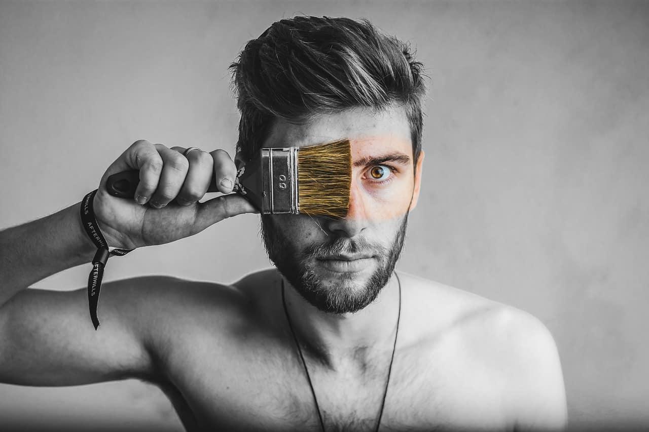 Un homme se peignant le visage