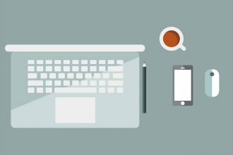 Un smartphone posé à côté d'un laptop
