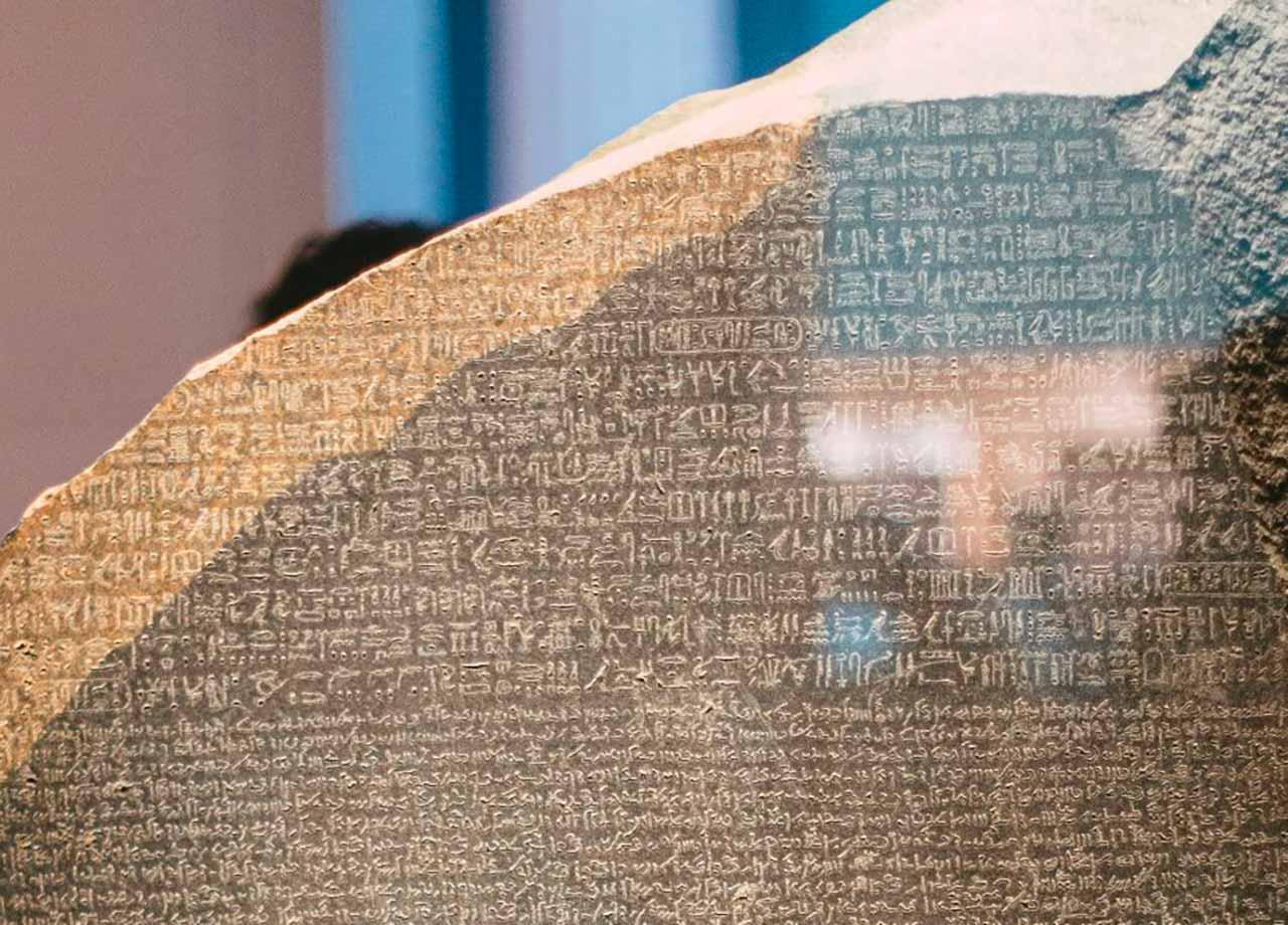 Une photo de la pierre de Rosette