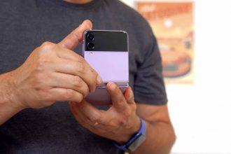 Le Galaxy Z Flip 3 à moitié ouvert