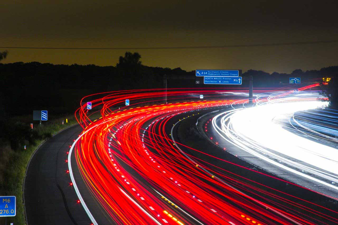 Des voitures filant sur une route