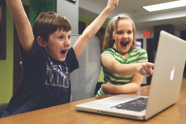 Deux enfants en train de crier victoire