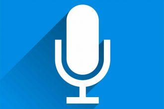 Un microphone sur fond bleu