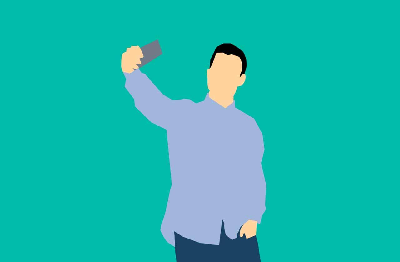 un homme en train de prendre un selfie