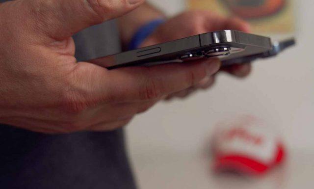 La différence de poids entre l'iPhone 13 Pro et l'iPhone 13 Pro Max est palpable